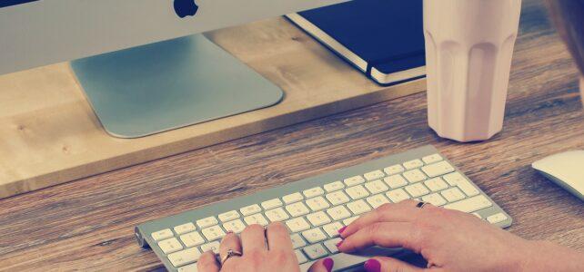 kobiece ręce przy komputerze